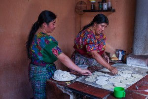 Le Guatemala en trois aliments. Photo Valerian Mazataud I hans Lucas, pour Le Devoir Dans le hameau Cruz de Santiago, des femmes prŽparent des centaines de tortillas pour une fte familiale.
